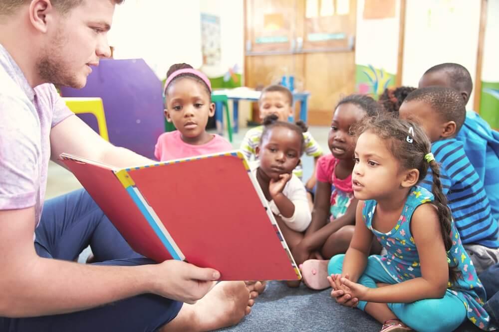 Saiba o salário e como encontrar vaga para pedagoga em creche particular
