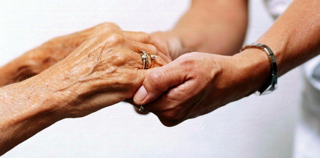 Como se especializar para ser cuidador de idosos?