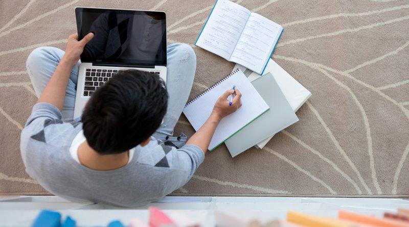 Estudo prevê que EAD deve passar o ensino presencial no país até 2023