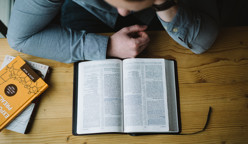 Aprenda como estudar a Bíblia de forma correta e com qualidade