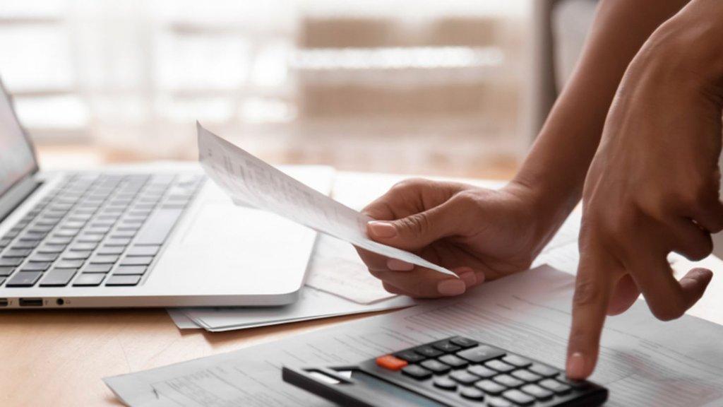 Aprenda como fazer o dinheiro sobrar no fim do mês com essas 5 dicas